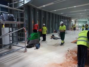 Operarios en la limpieza de final de Obra, edificio OAMI